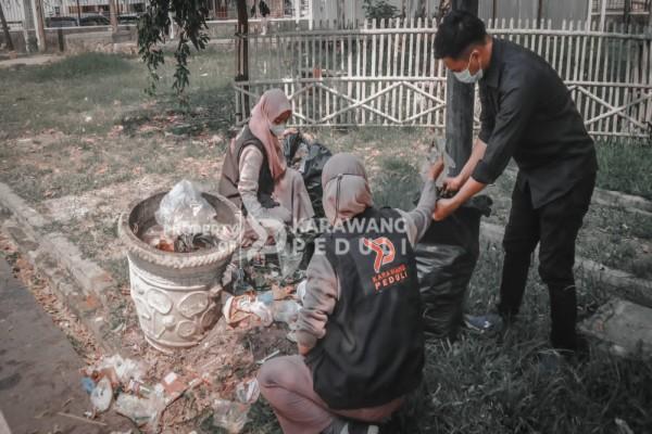 dalam-rangka-hut-karawang-ke-388-aksi-bersih-bersih-di-lakukan-sekitar-masjid-agung-alun-alun-karawang-image