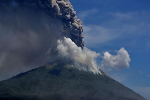 setelah-erupsi-2020-lalu-gunung-ile-lewotolok-kembali-erupsi-di-tahun-2021-image