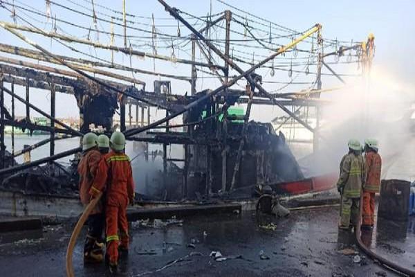 terbakarnya-kapal-nelayan-di-pelabuhan-muara-baru-jakarta-utara-image